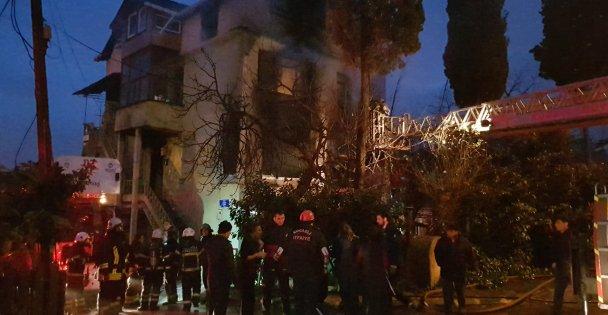 3 katlı binada çıkan yangında 2 kişi yaralandı