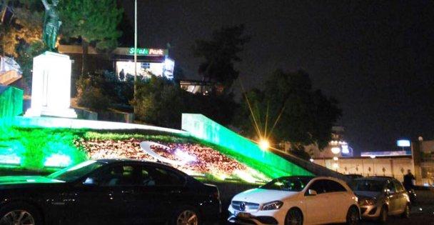 Atatürk anıtının önü otoparka çevrildi