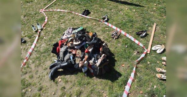 Ayakkabılar ile yapılan heykelle kadın cinayetlerine dikkat çektiler