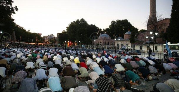 Ayasofya Camii önünde akşam namazı