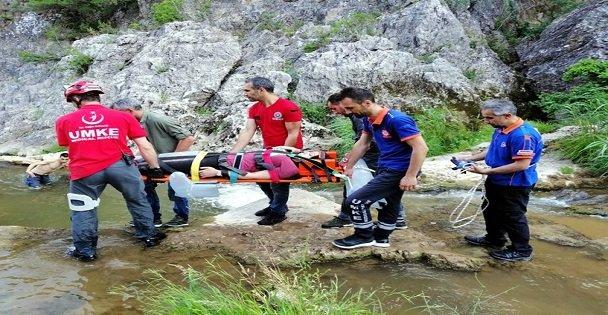 Ballıkayalar'da kayalıklardan düşerek yaralanan kadın kurtarıldı
