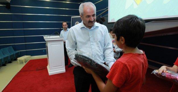 Başkan'dan çocuklara okul hediyesi