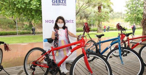 Büyükgöz'den Çocuklara Bisiklet Hediye Etti