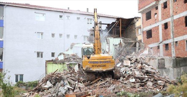 Çayırova'da metruk bina yıkıldı
