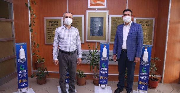 Çayırova'da okullara dezenfektan seti dağıtıldı