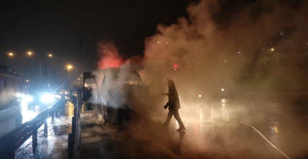 Çayırova'da seyir halindeki işçi servisinde yangın çıktı