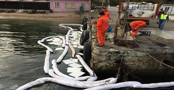 Darıca'da denize sızan yakıt temizleniyor