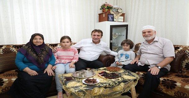 Demirci Çayırova'lı Hacıları Ziyaret Ediyor
