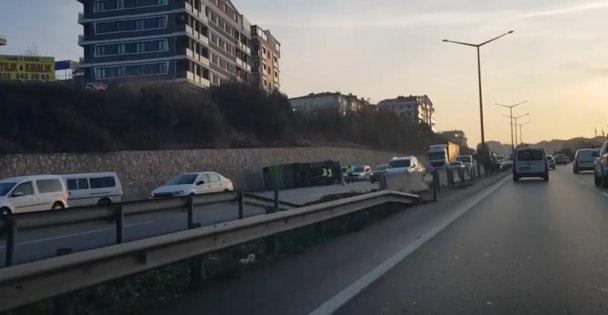 Devrilen halk otobüsünün sürücüsü yaralandı