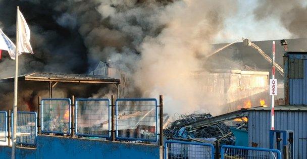Gebze'de 2 çalışanın yaralandığı fabrikada yangını söndürülmeye çalışılıyor