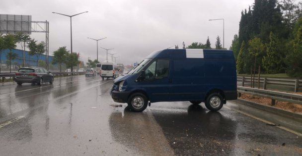 Gebze'de bariyerlere çarpan panelvanın sürücüsü yaralandı