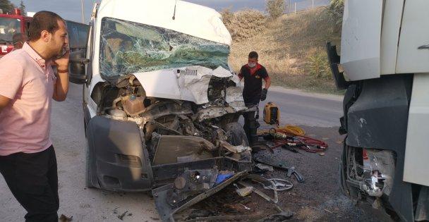 Gebzede işçi servisi ile hafriyat kamyonu çarpıştı: 5 yaralı