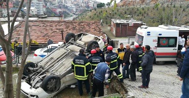 Gebze'de otomobil evin bahçesine devrildi