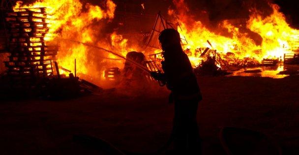Gebze'de palet fabrikasının imalathane bölümünde yangın