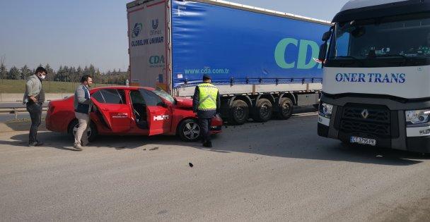 Gebze'de park halindeki tıra çarpan otomobilin sürücüsü yaralandı