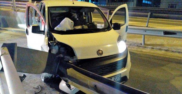 Gebze'de sağlık personelini taşıyan araç refüje çarptı: 2 yaralı