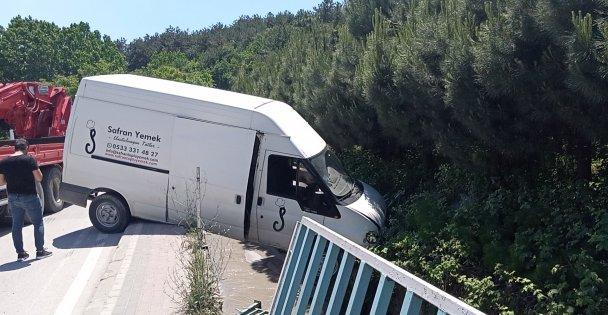 Gebze'de bariyerlere çarpan panelvan dere kanalının üzerinde asılı kaldı: 1 yaralı