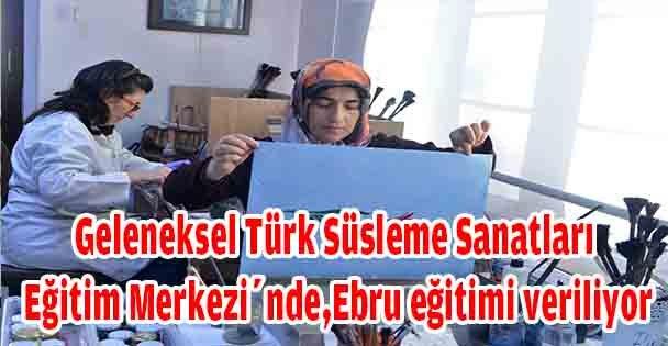 Geleneksel Türk Süsleme Sanatları Eğitim Merkezi'nde,Ebru eğitimi veriliyor
