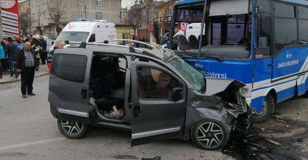 Hafif ticari araç ile midibüs çarpıştı: 20 yaralı