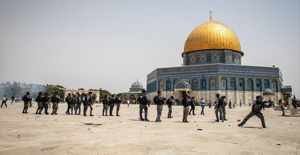 İsrail polisi cuma namazı sonrası Mescid-i Aksa'daki cemaate ses bombalarıyla saldırdı