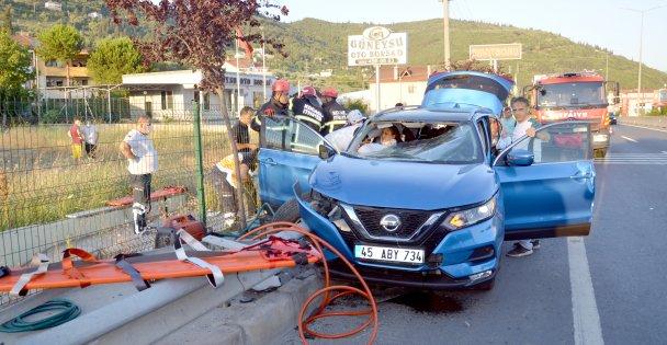 Kocaeli'de bariyerlere çarpan cipteki 4 kişi yaralandı