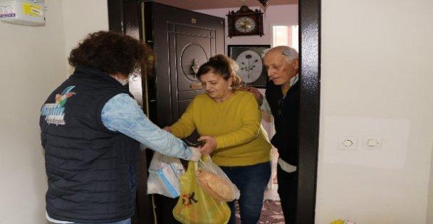 Kocaeli'de evden çıkmayan yaşlı vatandaşların alışverişini belediye ekipleri yapıyor