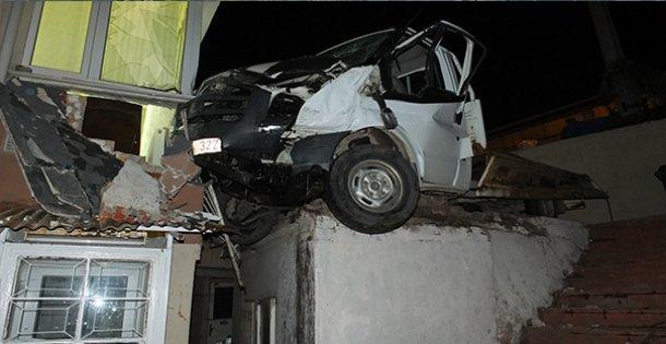 Kocaeli'de iki kamyonet çarpıştı: 3 yaralı