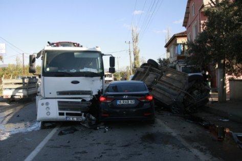 Kocaeli'de otomobil ile tır çarpıştı: 4 yaralı