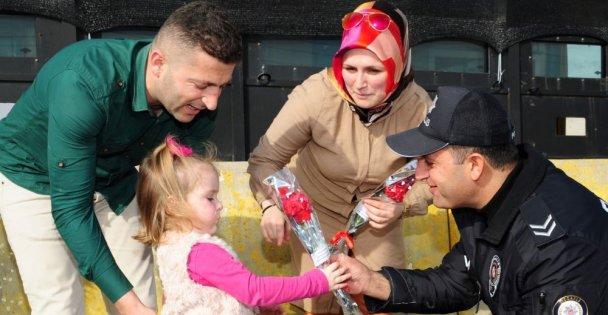 Kocaeli'de polis ekipleri Kadınlar Günü dolayısıyla karanfil dağıttı