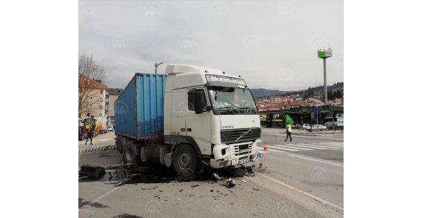 Kocaeli'de trafik ışıklarına çarpan tırın sürücüsü yaralandı