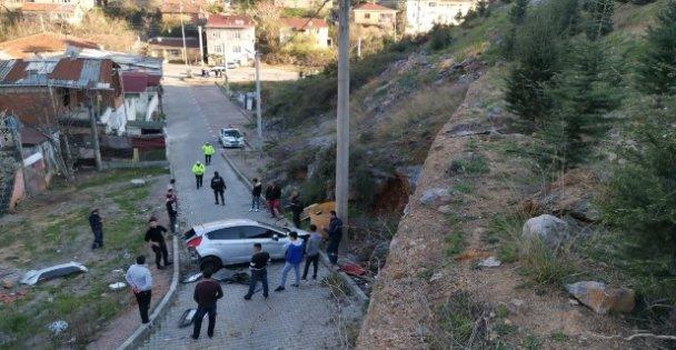 Kocaeli'de virajı alamayan otomobil 40 metre yükseklikten düştü