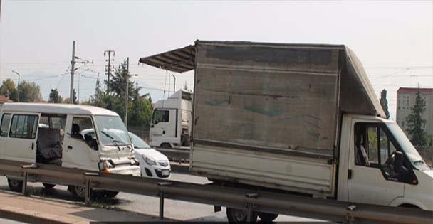 Minibüs, emniyet şeridindeki kamyonete çarptı