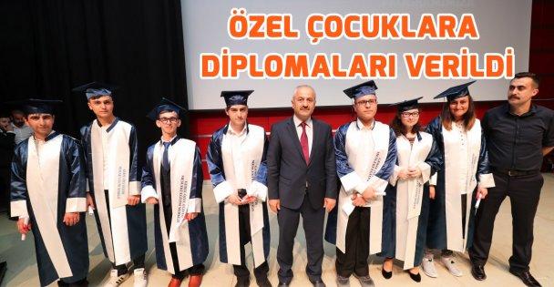 Özel çocukların diploma sevinci