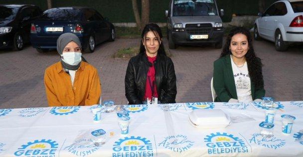 Sağlıkçılarla birlikte iftar yaptı
