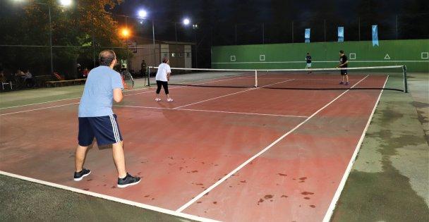 Tenis severler turnuvada buluştu