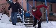 Başkan Şayir vatandaşlarla birlikte kar küredi