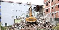 Çayırovada metruk bina yıkıldı