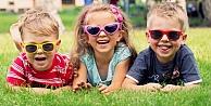 Çocukların göz sağlığı için erken yaşta güneş gözlüğü kullanmaya başlaması gerekiyor