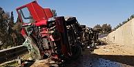 Gebze'de devrilen hurda demir yüklü tır trafiği aksattı