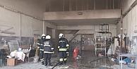 İş yerinde çıkan yangında 2 kişi dumandan etkilendi
