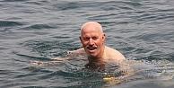 Karamürselde 65 yaş üstü vatandaşlar denize girdi