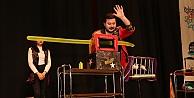 Karne şenliğinde çocuklara  sihirbazlık gösterisi