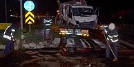 Kocaelide kamyonet refüje çarptı: 3 yaralı