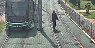 Kocaeli'de rayların kenarındaki kaplumbağanın yardımına tramvayı durduran vatman koştu