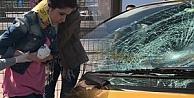 Kulaklıkla gezen genç kıza taksi çarptı!