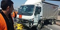 Minibüsle kamyonet çarpıştı!