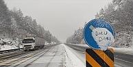 Anadolu Otoyolu ile D-100 kara yolunun Bolu Dağı kesiminde kar etkisini sürdürüyor.