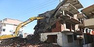 Belediye tehlikeli binayı yıktı