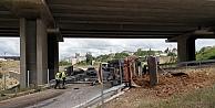 Gebze'de hafriyat kamyonu devrildi
