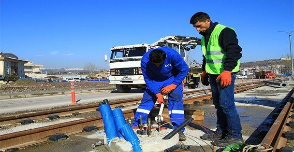 Tramvayda enerji hattı direkleri monte ediliyor